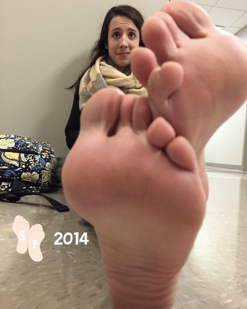 Sophia lillis feet