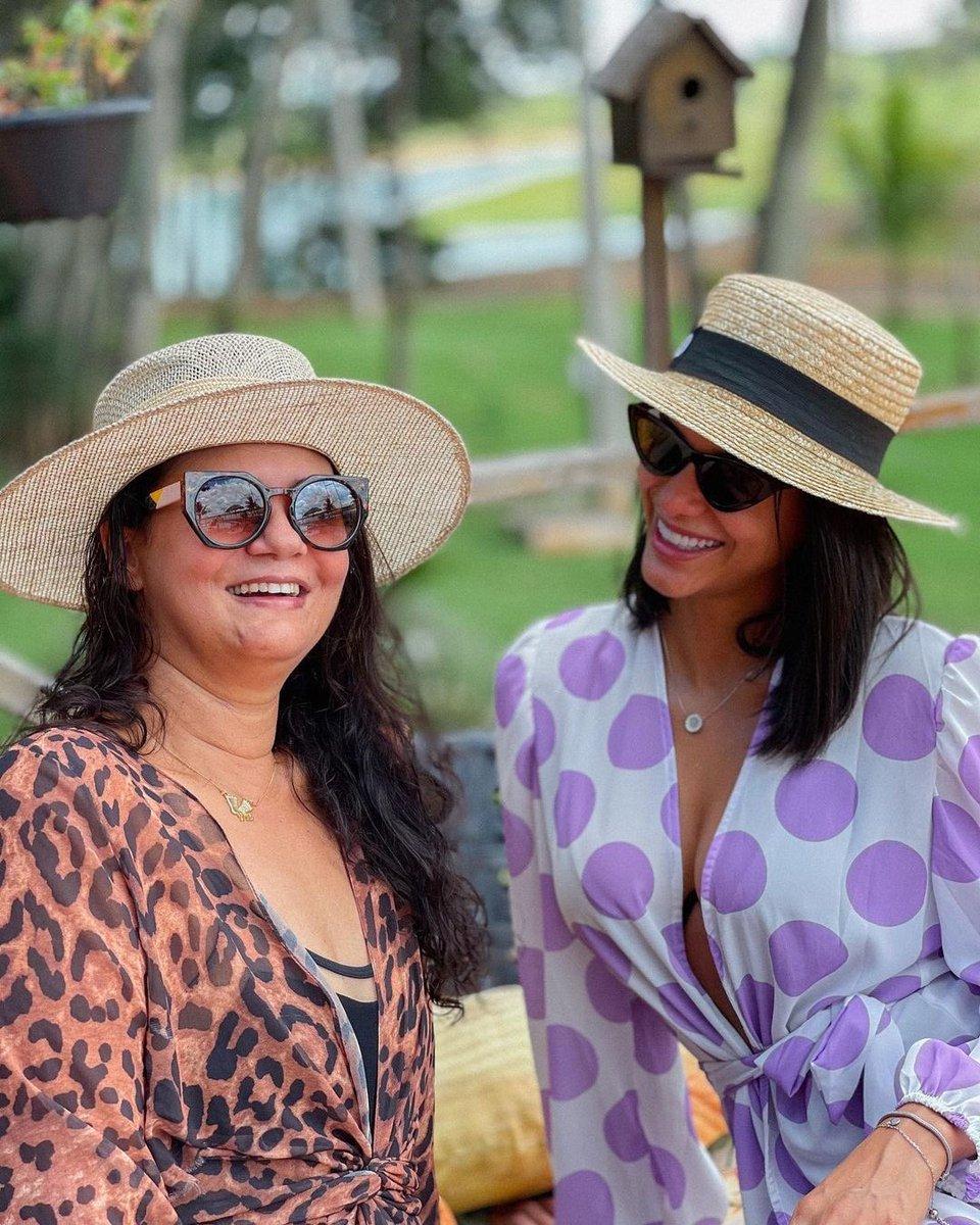 Essas duas mães lindas aqui! Parabéns Dona Tina e Dina Silvia pelo dia de vocês! Feliz dia das mães ❤️ https://t.co/ahFWY815yY