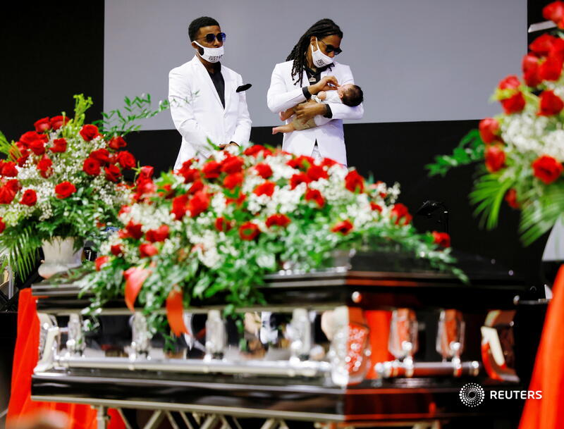 Khalil Ferebee holds his son Karter while standing with his brother Jha'rod Ferebee behind the coffin of their father Andrew Brown Jr., who was killed by police, at his funeral in Elizabeth City, North Carolina. More photos of the week: https://t.co/9o5dZjWkup 📷 Jonathan Drake https://t.co/GCkN9obCec