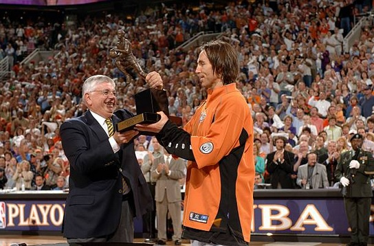 5/9/05 – Prior to Game 1 of the Semis vs the Dallas Mavericks, Steve Nash is awarded his first #NBA MVP award, the 2nd Phoenix #Suns player to win (Charles Barkley: 1992-93). Nash led a 33-game turnaround, avg'ing 15.5p/11.5a and 50.2% FG, 43,1% 3pt, and 89.7% FT. #WeAreTheValley https://t.co/RJX2PWdWE1