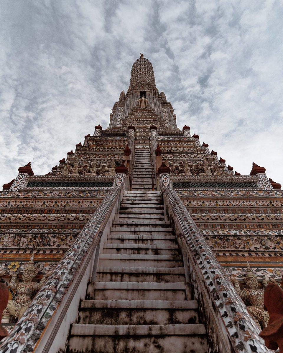 Look up shot of Wat Arun. The highest and one of the most famous temples in Bangkok. #Bangkok #bkk #watarun #Temple #temples #thaitemples #buddhisttemples #Thailand #thai #amazingthailand https://t.co/SKLzKIJLGI