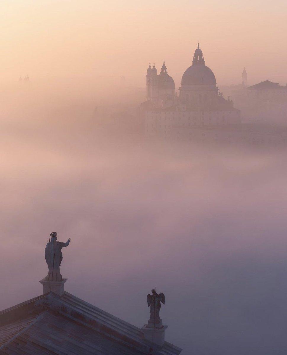 まるでファンタジーの世界?真っ白な霧に囲まれたヴェネツィアが幻想的!