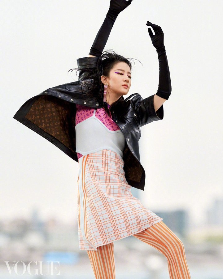 Vogue China June 2021 E0HqJEIXIAArAi2?format=jpg&name=900x900