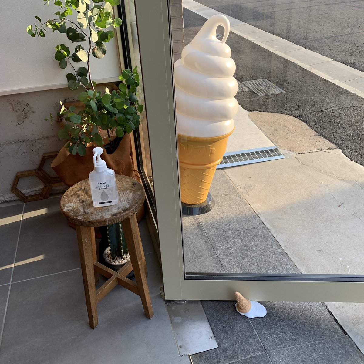 ソフトクリーム屋さんのドアストッパーが哀愁あふれてた