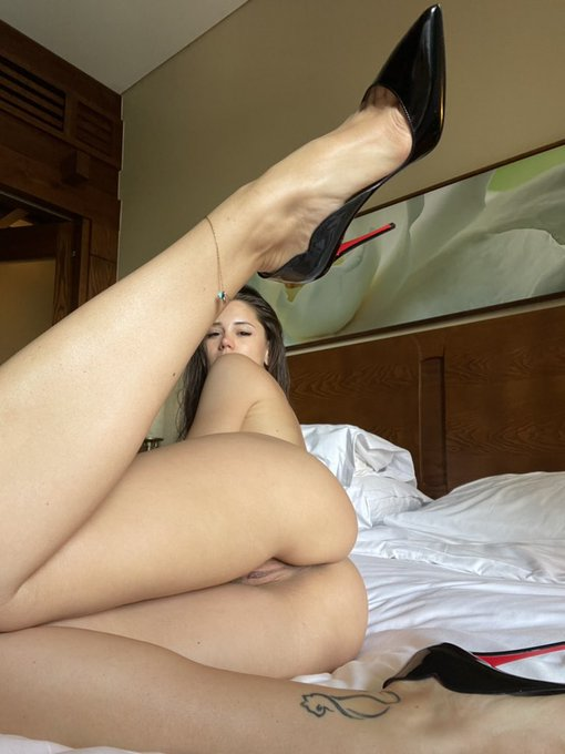 How do you love my new heels 👠 thanks for that present 🎁 Mr. B. https://t.co/1AAeJNm2HU