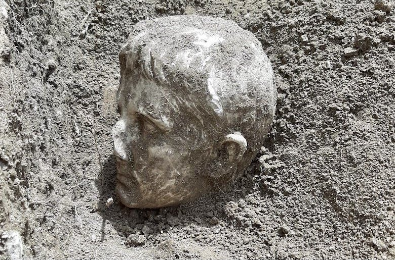 hlava vykopávka