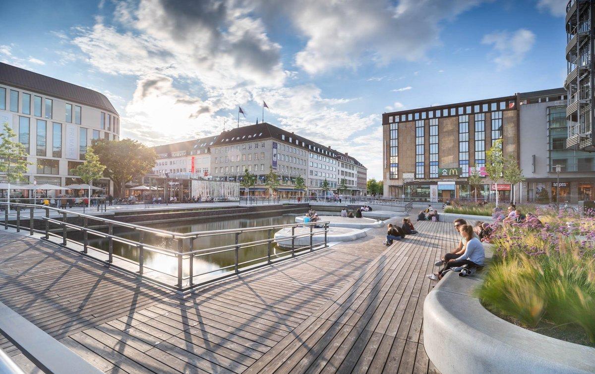 """Voll verdient!!!  Deutscher #Landschaftsarchitektur-Preis 2021   Kleiner Kiel-Kanal/Holstenfleet Auszeichnung """"Öffentlicher Raum als Zentrum""""  https://t.co/c2FMDEVPeF   Für die Holzflächen wurde Kebony Character eingesetzt.  Projekt: https://t.co/QjwEiV2yd4   #kiel #holz #galabau https://t.co/xrnvXYPMAy"""