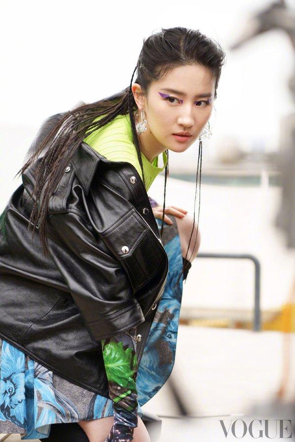 Vogue China June 2021 E0O8iOUVIAA4OLD?format=jpg&name=900x900
