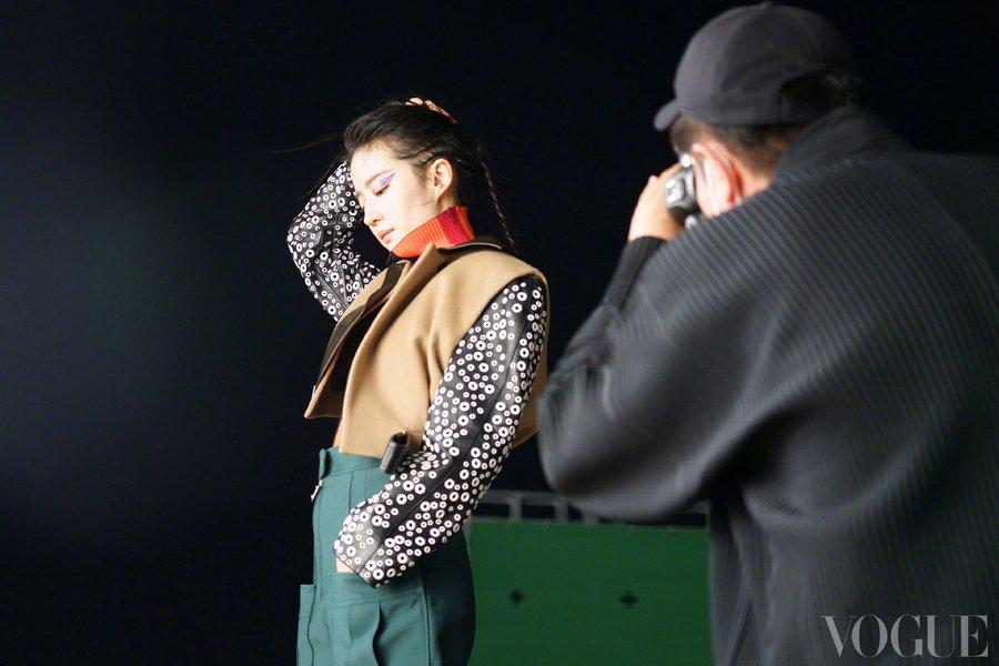 Vogue China June 2021 E0O8jmnVIAMjb0V?format=jpg&name=900x900