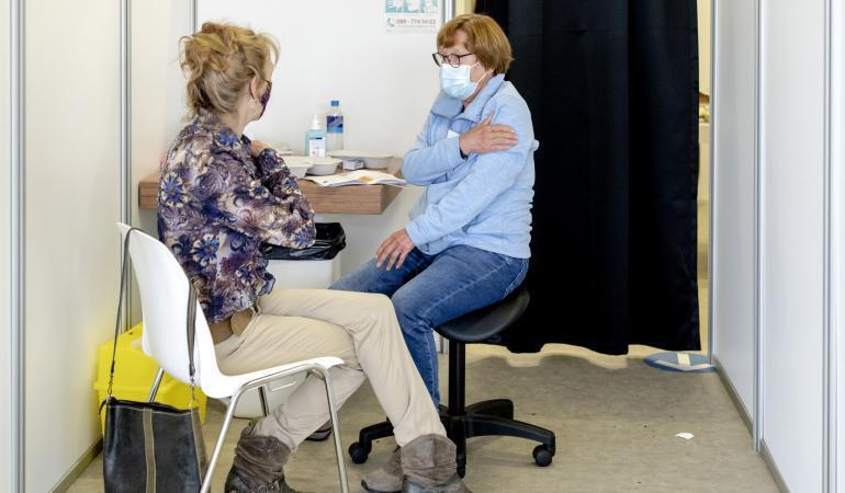 test Twitter Media - Komende week krijgen de eerste mensen die zijn geboren in 1962 een uitnodiging voor een coronavaccinatie. Het gaat om mensen die dit jaar 59 worden. Zij kunnen nu al online een afspraak maken.  ➡️ https://t.co/SznlLYMVec https://t.co/YfIkMMCfGK