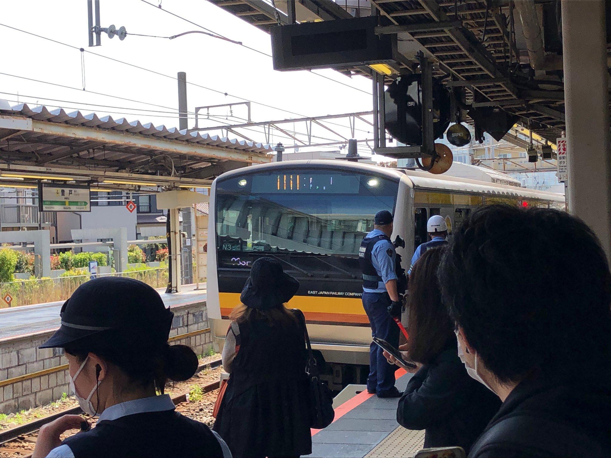 登戸駅の人身事故で現場検証している画像