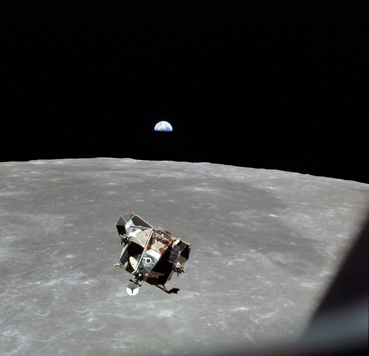 Apollo 11 Astronaut Michael Collins on the Past and Future of Space Exploration https://t.co/48t5BVVtTD https://t.co/MZKH0GvALr  Interview commemorating the 50th anniversary of the lunar landing of July 1969. Collins was 90 years old.  Credit @jaywbennett @SmithsonianMag  #moon