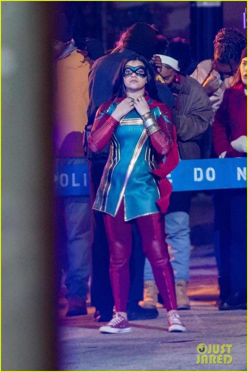 Iman Vellani com traje da Ms. Marvel