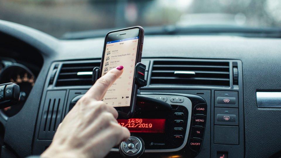 Når du kører bil, må du så skifte musik på din telefon?   Det må man faktisk godt.  Det er nemlig ikke ulovligt at bruge din telefon under kørsel, hvis den sidder i en holder eller via stemmestyring. Men husk altid at være opmærksom på trafikken. #politidk #sikkertrafik https://t.co/k9vRobZ6N0