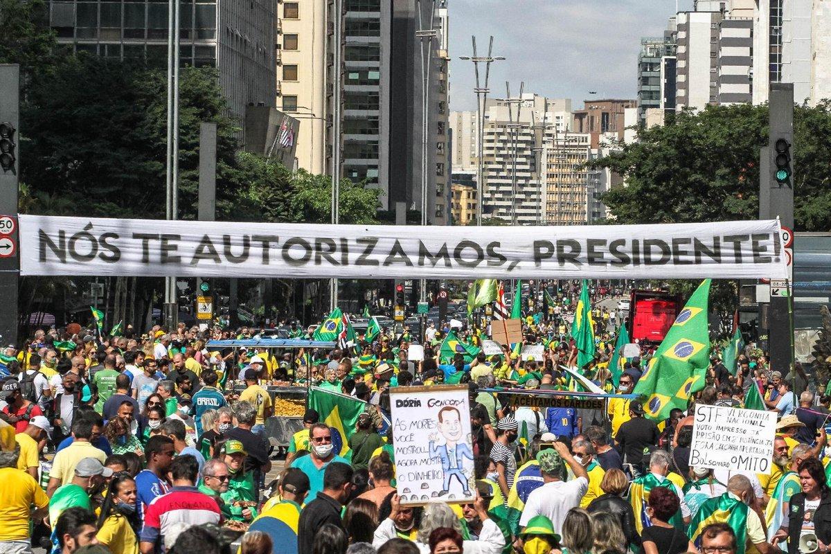 Acredite: estas fotos são de hoje de São Paulo, Rio de Janeiro e Brasília, na semana em que o Brasil ultrapassou a marca de 400 mil mortos por Covid-19. https://t.co/4Y9IvVVWDo