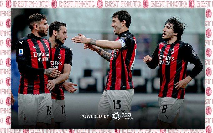 The Hernadez disambut rekan-rekannya setelah mencetak gol ke gawang Benevento
