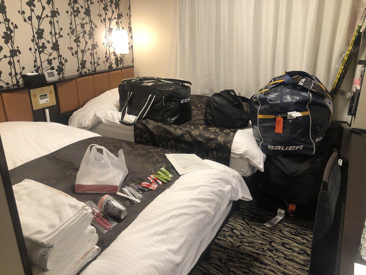 続いてホテル生活について! 僕の滞在先の「アパホテル横浜ベイタワー」では2つベッドのある部屋を一人で...