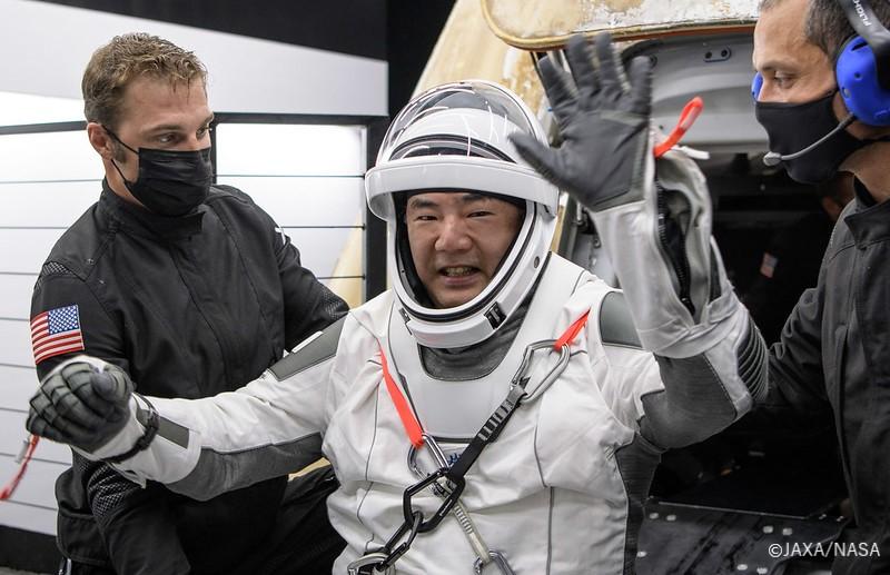 帰還後の #野口宇宙飛行士 (@Astro_Soichi) の様子が届きました!お元気そうですね!! あらためて、お帰りなさい