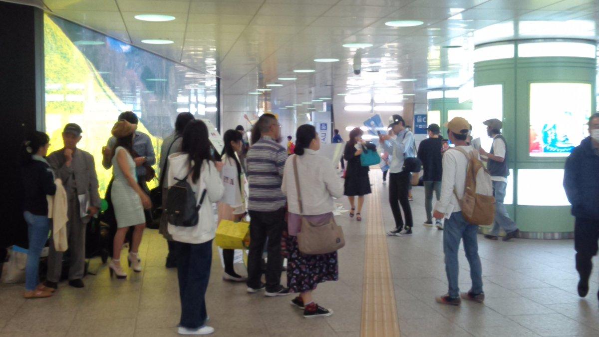 【悲報】新宿西口地下広場に反マスクのバイオテロ集団が出現中 マスク無しで大声出しながら通行人に近づいてくるので注意