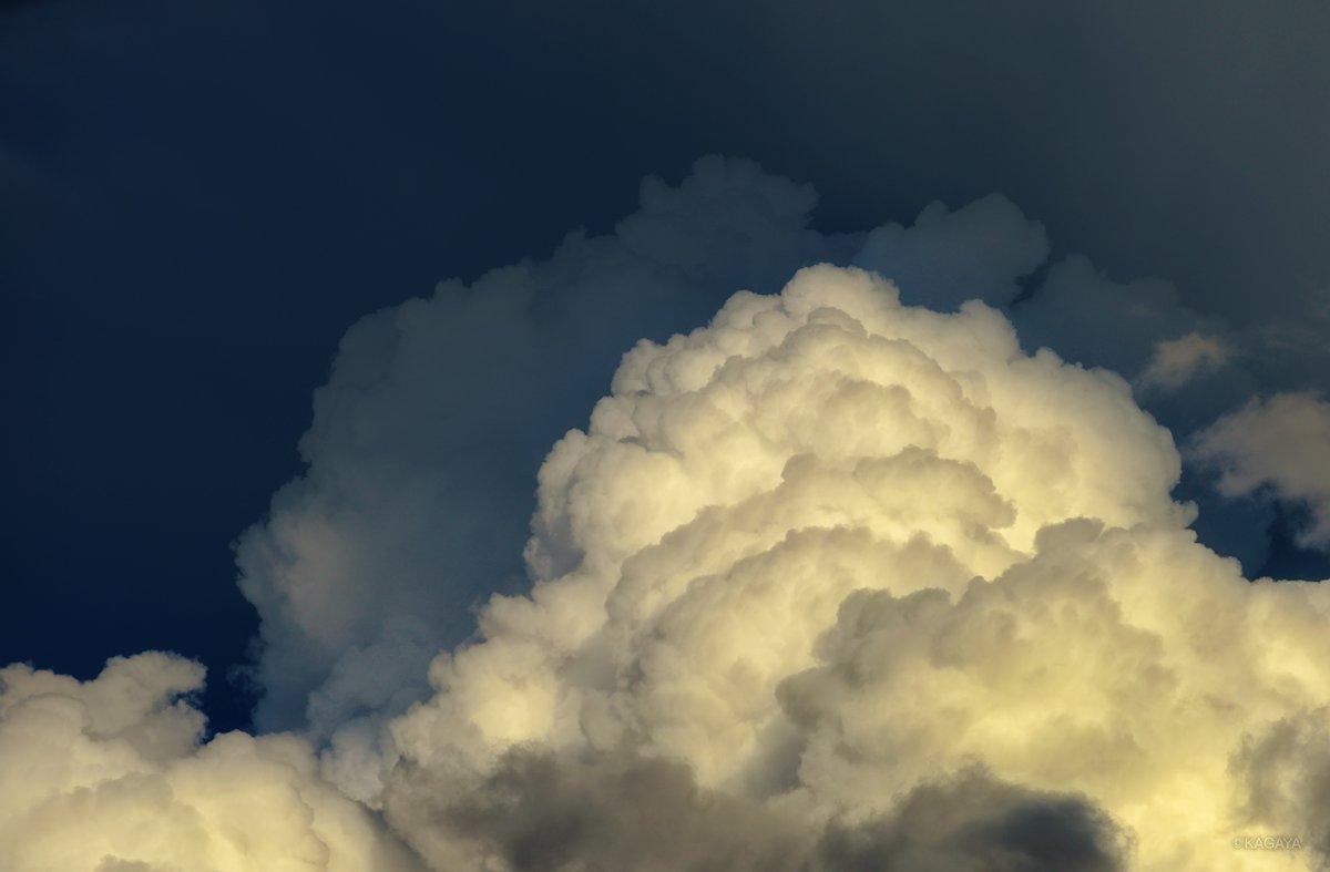 荘厳な天空のドラマから目が離せませんでした。 1、輝く雄大積雲 2、尾流雲のスクリーンに落ちる影 3、彩雲の群れ (本日撮影) 今日もお疲れさまでした。