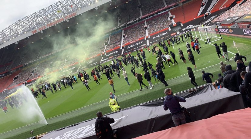 United fans get into old Trafford and are on the pitch...too much to ask for the 3 points to be given to us? 😂 https://t.co/CJ00ZweD6E