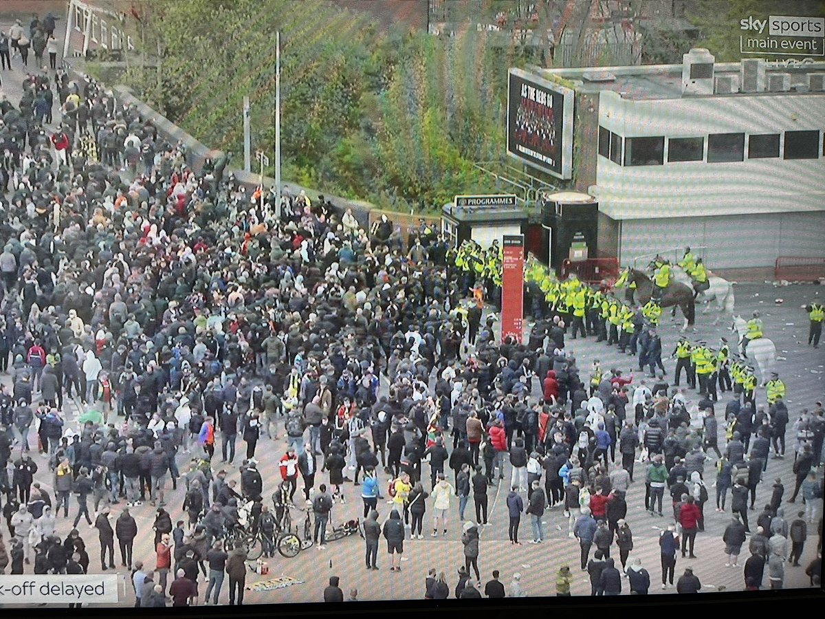 Larger Police presence now. Guiding fans away from Old Trafford. #GlazersOut #mufc https://t.co/HtBTsuQ50r