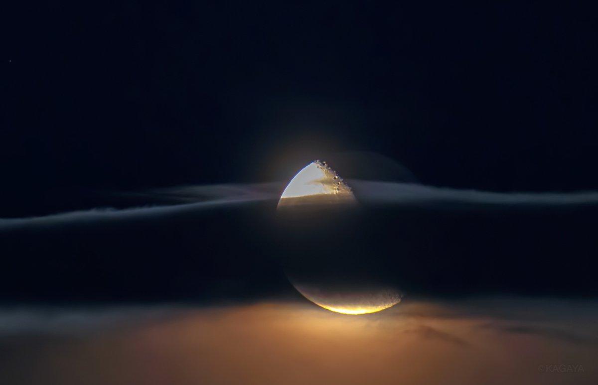 夜更かしの方は空をご覧ください。 南東に二十日余(はつかあまり)の月が昇りました。 私のところでは、雲の層の向こうを昇るようすがたいへん幻想的でした。(先ほど撮影)