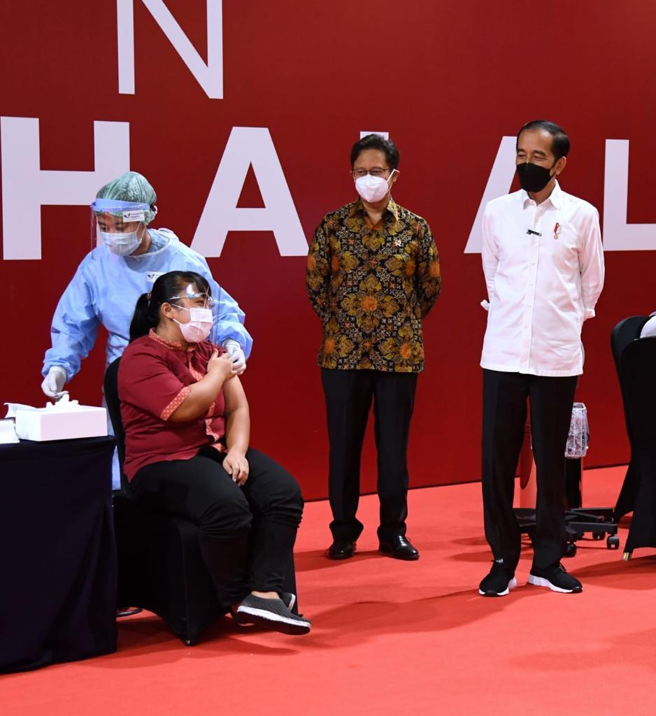Dua hari ini, para pemilik kios, pedagang, dan karyawan pertokoan di dua pusat perdagangan besar di Jakarta, Thamrin City dan Grand Indonesia, menerima suntikan vaksin Covid-19.  Vaksinasi tersebut diperuntukkan bagi mereka yang sehari-hari berinteraksi langsung dengan publik.