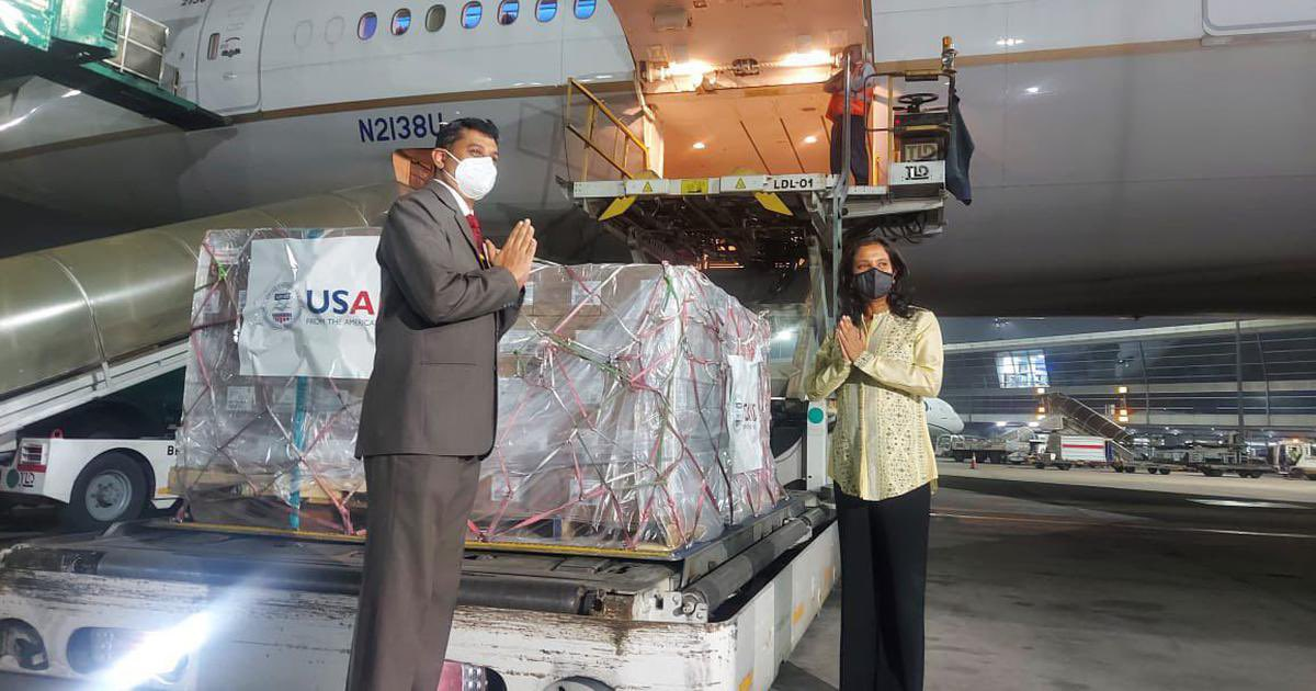 WHERE ARE THE AID? Despite 25 🌏flights loaded with 300 tonnes of emergency #COVID19 relief supplies landing in Delhi 🇮🇳 (5500 oxygen concentrators, 3200 O2 cylinders, & remdesivir) in 5 days, no domestic flights have transported them. Hospitals waiting.🧵https://t.co/2PAvp0GxUy https://t.co/UUegIvvvxQ