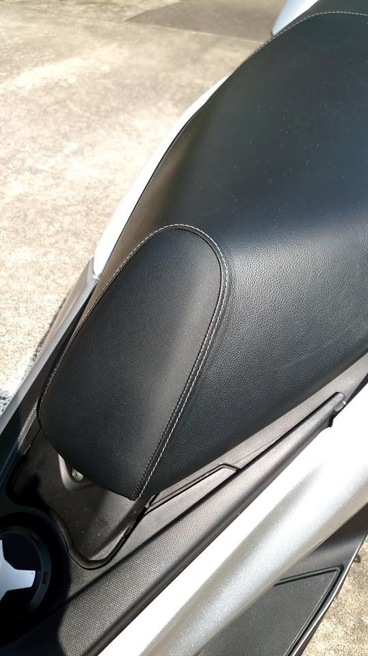 経年したシートの汚れ。こすってはダメです。「カビキラー」で新品のように綺麗になりますから。