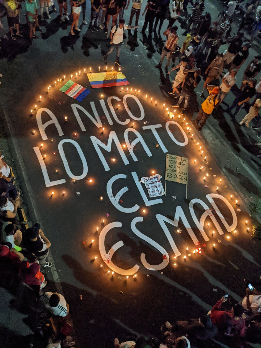"""Semanario VOZ's tweet - """"#ParoNacional2021 En #Cali quienes protestan están llenando las calles de arte, de luces y de indignación. A Nico lo mató el ESMAD. """" - Trendsmap"""