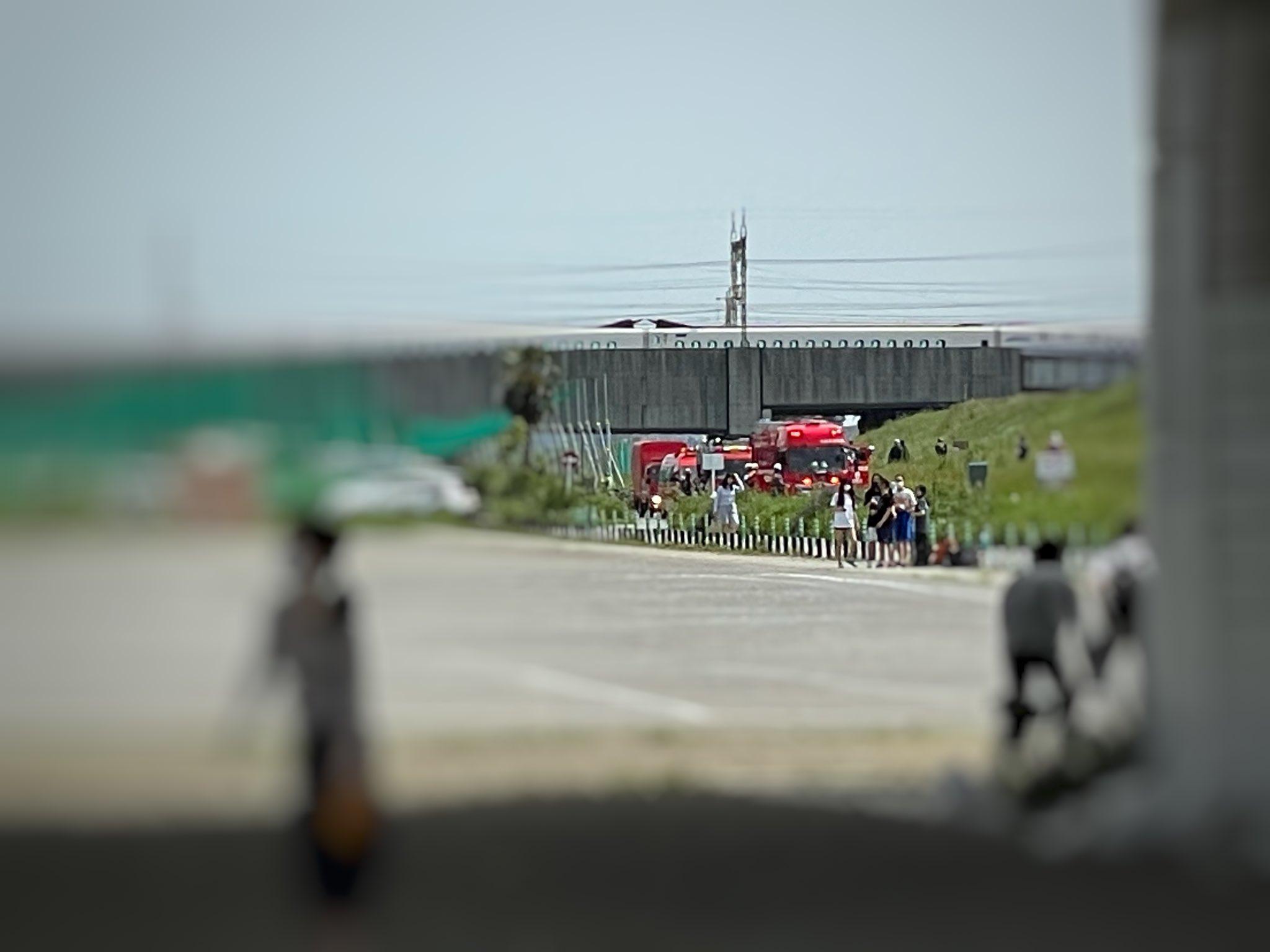 画像,多摩川来たら多摩川、河川敷にめちゃくちゃ消防車が来て騒然としている💦何が起こってるの?ヘリもグルグル回っている#多摩川 #河川敷 https://t.co/WX…