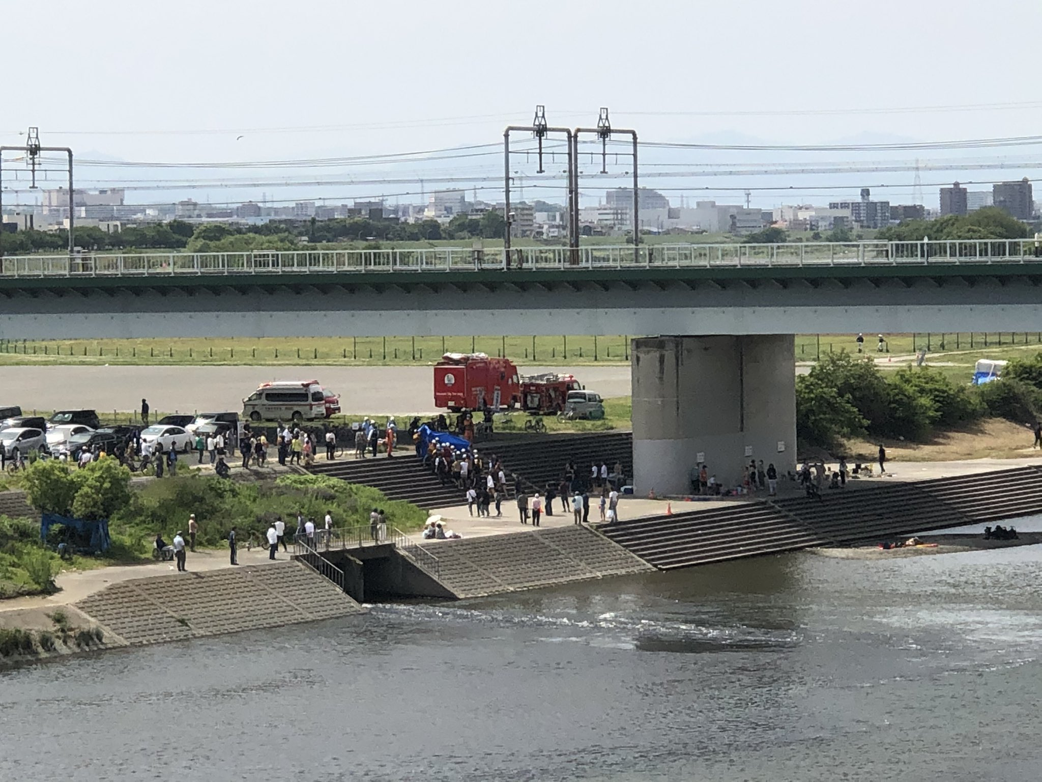 画像,ヘリも来てるし凄い人だし、何事って思ったら、丸子橋で水難事故があったっぽい。ヘリいなくなったし、救急車が1台サイレン鳴らしながら出て行ったけど、見つかった…のか…