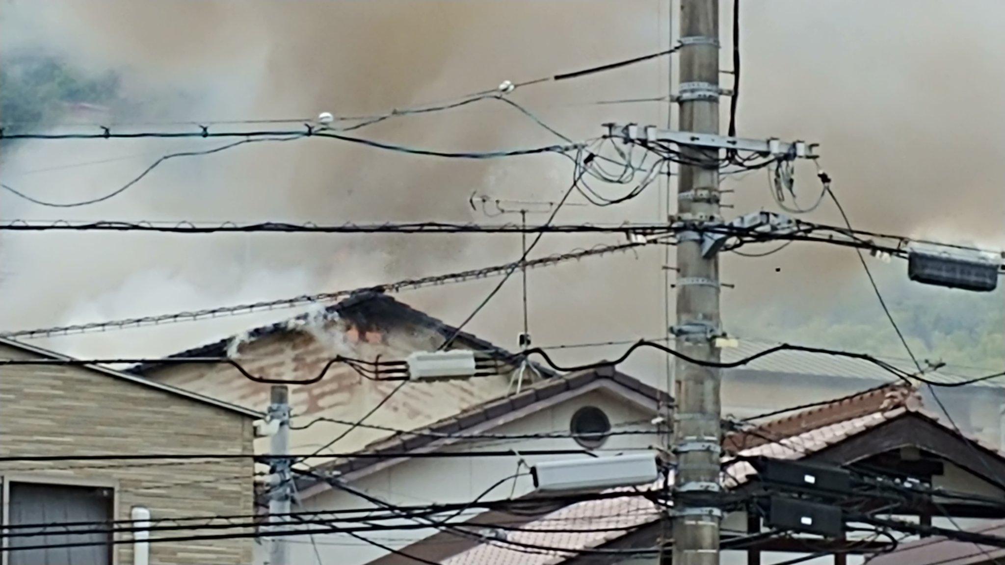 画像,あまり長居したらまずいんですぐ離れましたが…西区の火事、風も強いし、煙でかなりヤバい状態になってます…#火事 https://t.co/1Wo7JNMhtU…