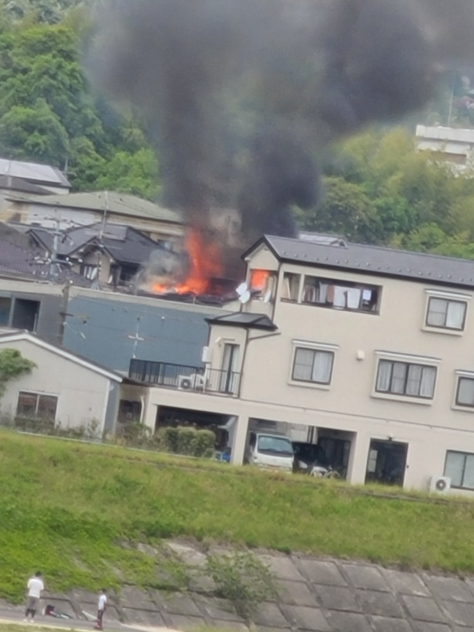 画像,通りすがりに真っ黒い煙が凄くて火事🔥❔かなて話してたら本当に火事だった😲消防車も凄い数行っててびっくり‼️#広島#西区#火事 https://t.co/NPIf…