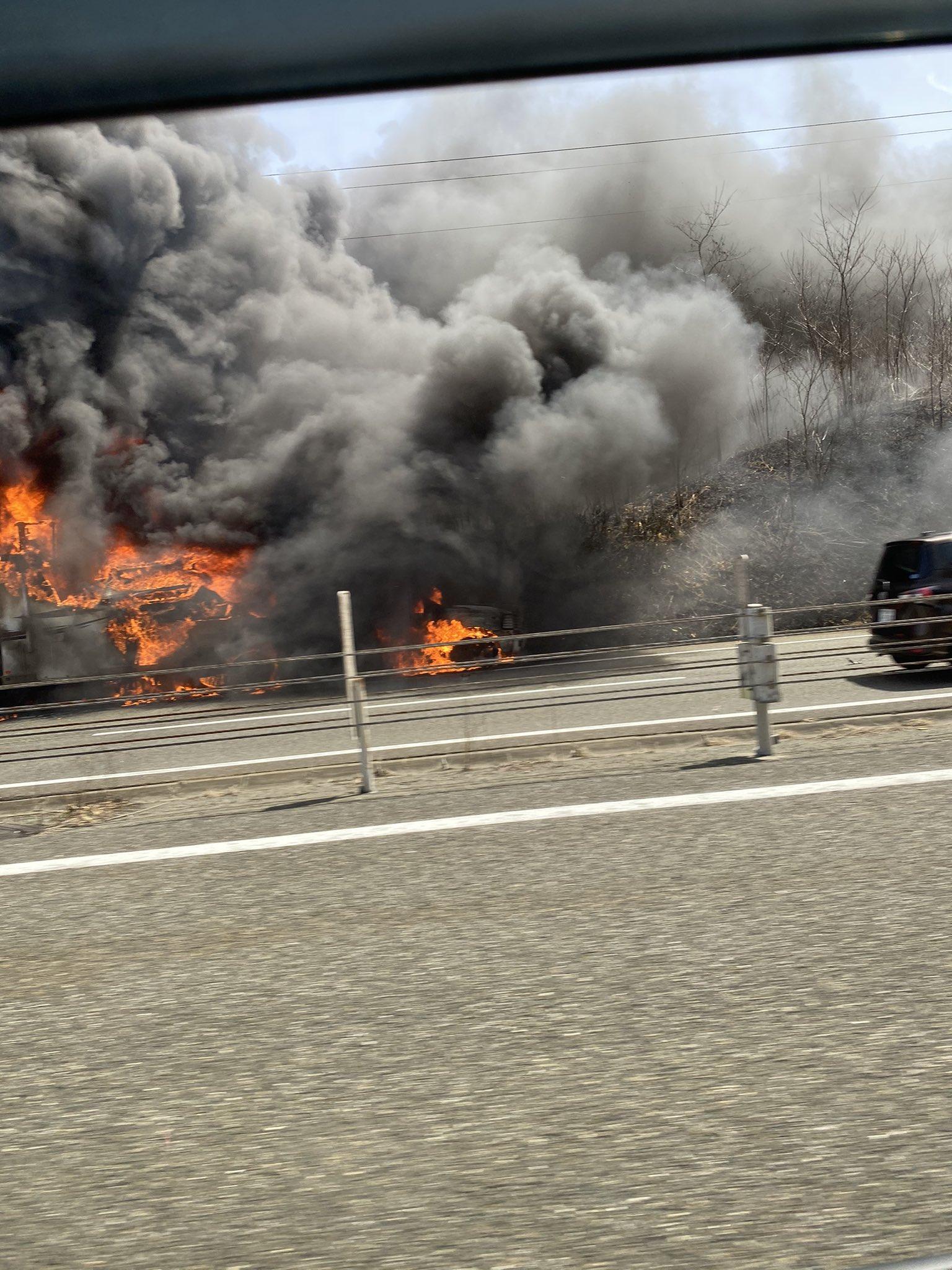 画像,高速道路の火災に遭遇〜😔通るとき熱かった〜〜〜中の人とか大丈夫だったかな? https://t.co/YkPWg32vEY…