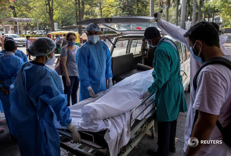 @dansiddiqui Karuna Vadhera, a 74-year-old woman, died in the emergency room, unable to find an ICU bed. Her body, wrapped in a white shroud, is loaded into an ambulance for cremation https://t.co/6sCQDUKIPH