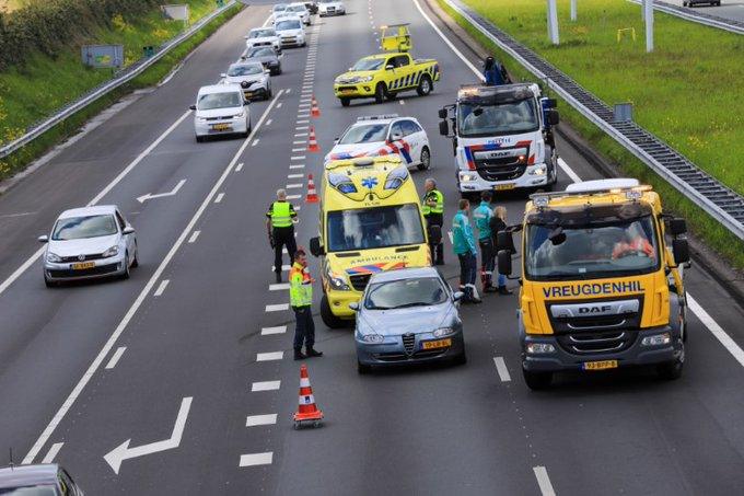 Gewonde bij ongeval A4 https://t.co/lqszJDWxnJ https://t.co/gTlAWnshPg