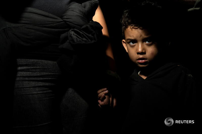 An asylum-seeking migrant boy stands by his mother at the riverbank after crossing the Rio Grande into the United States from Mexico in Roma, Texas. More photos of the day: https://t.co/lkChahhY7L 📷 Go Nakamura https://t.co/vOHnFeThAh