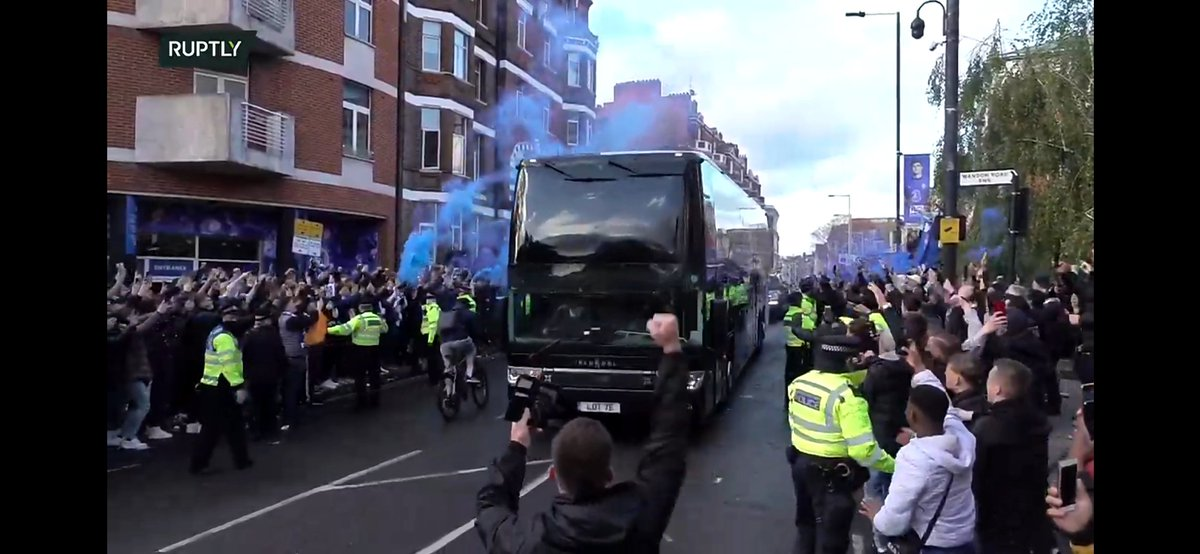 Chelsea fans welcome the team bus #CHERMA #UCL https://t.co/TaumvbVukt