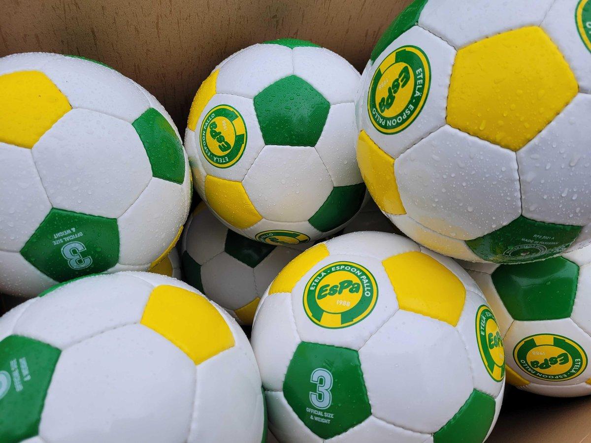 Tämän kevään #jalkapallokoulu treenataan tyylillä, sillä uudet EsPa-pallot ovat saapuneet! ⚽💛💚😍  #keltavihree #parastapaikallista #matinkylä #olari #suurpelto #espoo #futiskoulu https://t.co/IbYvxQnDwI