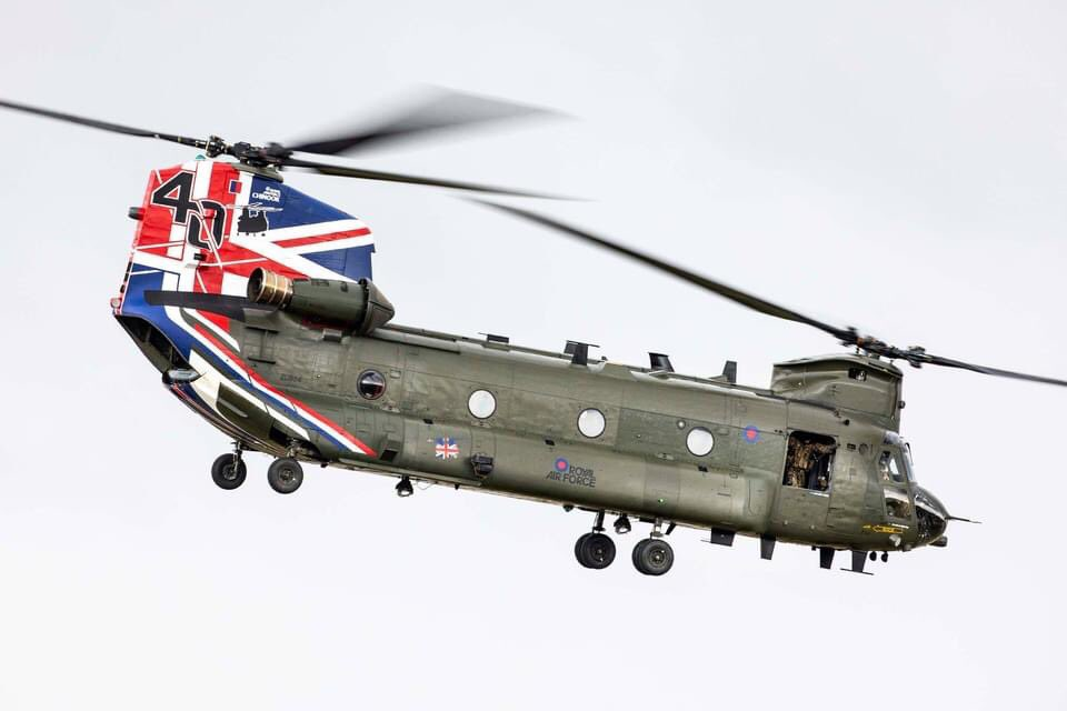 This is a thing of beauty. New colour scheme for the chinook celebrating its 40th year in RAF service https://t.co/T67lxy6pbp