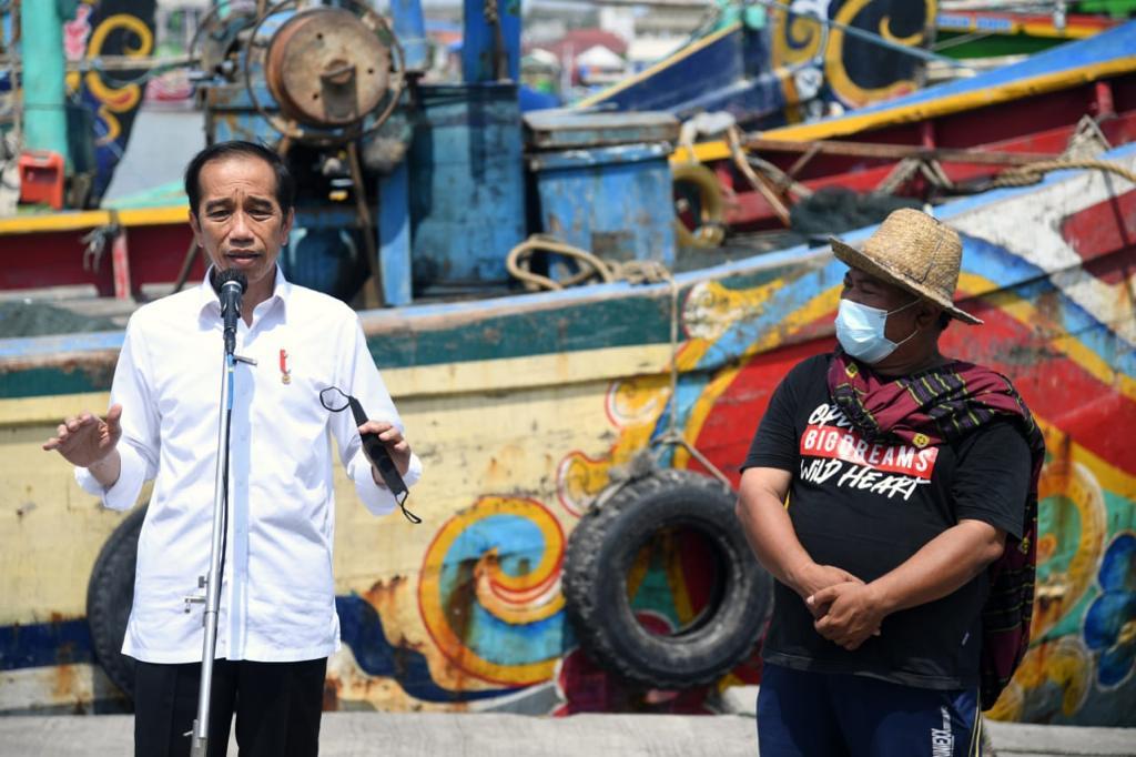 Saya bertemu para nelayan Lamongan sambil mengunjungi Pusat Pemasaran dan Distribusi Ikan Brondong di Pelabuhan Perikanan Nusantara Brondong di Kab. Lamongan, siang ini.   Alhamdulillah, selama pandemi ini para nelayan tetap bisa melaut seperti biasa, dan hasilnya juga normal.