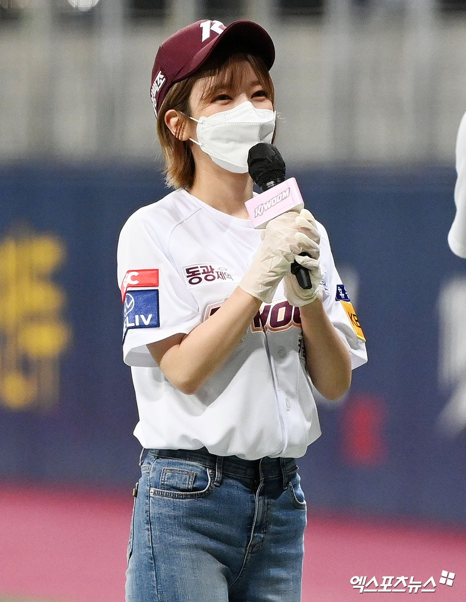 ⚾ CHOA threw the ceremonial first pitch today for 2021 KBO League: KT Wiz vs Kiwoom Heroes 💓 https://t.co/fZC54dpRzW