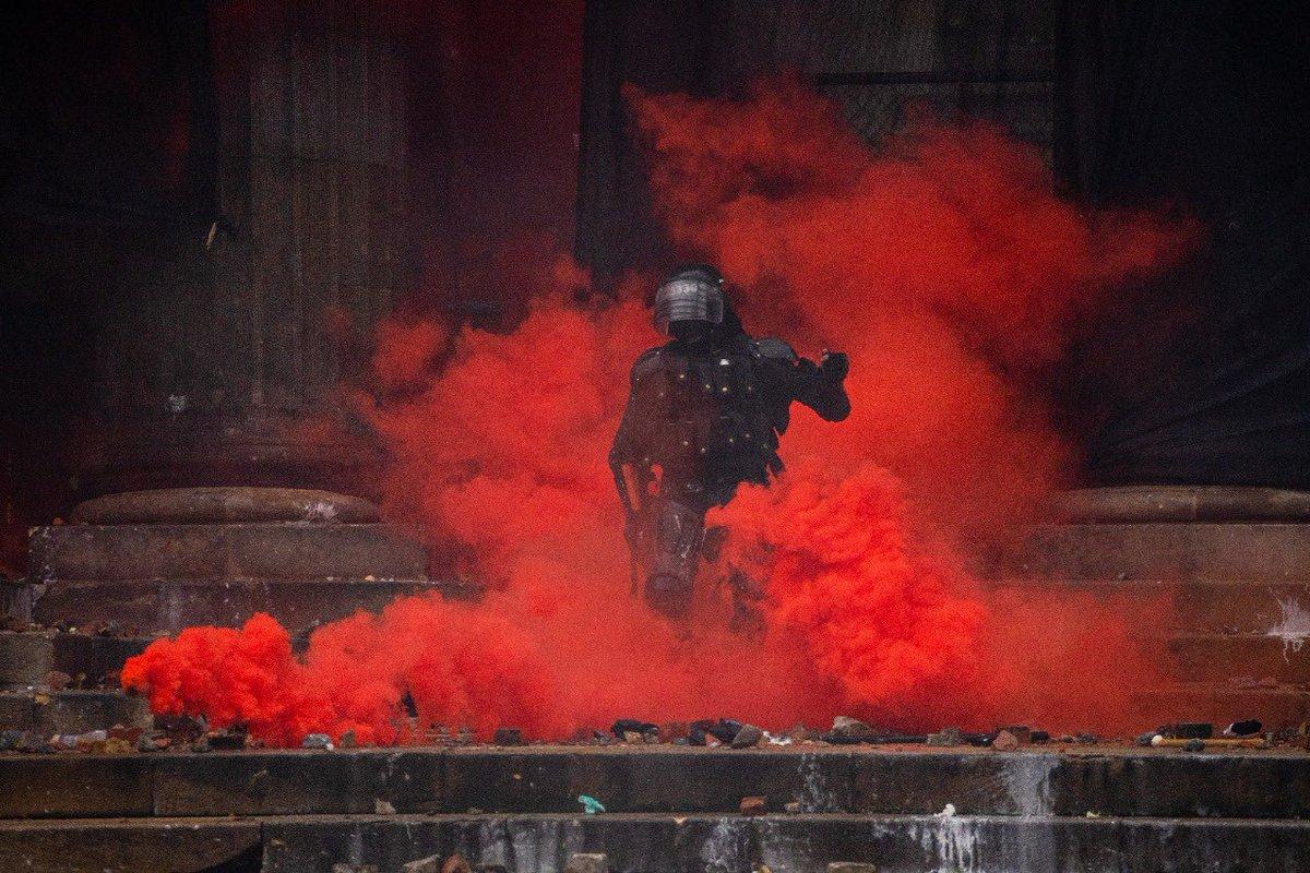 Enfrentamientos entre ESMAD y manifestantes en el Congreso de la República durante el paro nacional en Colombia el 5 de mayo de 2021. Desde Bogotá con @sofiavillamil4 y @julieturkewitz para @nytimes aquí pueden leer el articulo completo.  https://t.co/gKHI2EYH0i https://t.co/BLW7t1UekJ