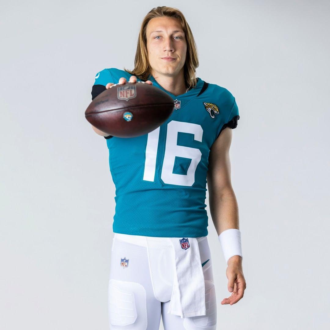 RT @BleacherReport: First look at Trevor Lawrence in a Jags uniform 🔥 @brgridiron   (via @Jaguars) https://t.co/r8kOlhEPXq