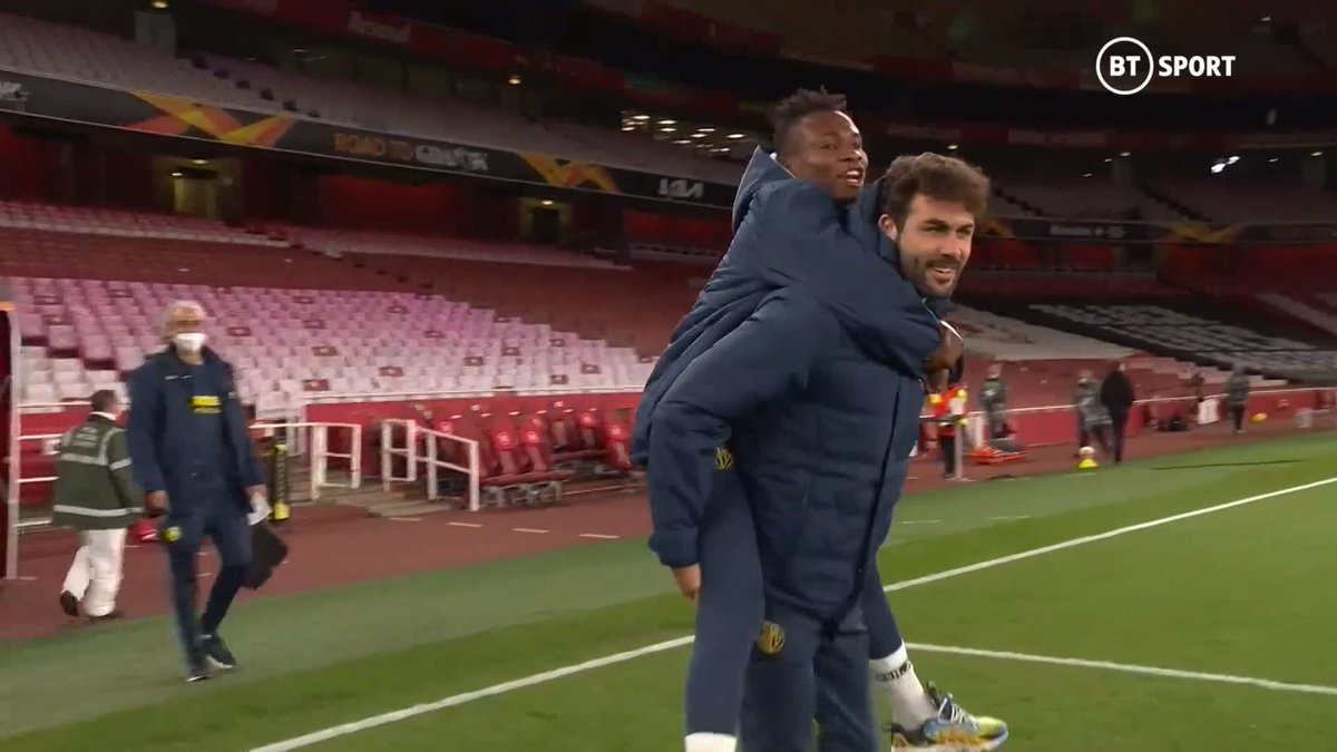 Samuel Chukwueze was carried out by his teammate Vicente Iborra so he could join Villarreal's celebrations after coming off injured in the first half. 👏   📼 @btsportfootball   https://t.co/kFUKzMZAuS