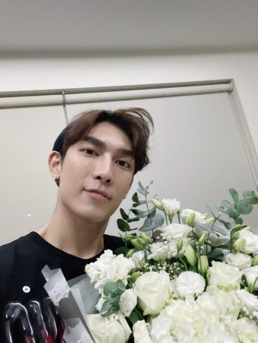 Gulf sent a bouquet of white roses to Mew on the day MSS officially started it's studio work, he's always so supportive