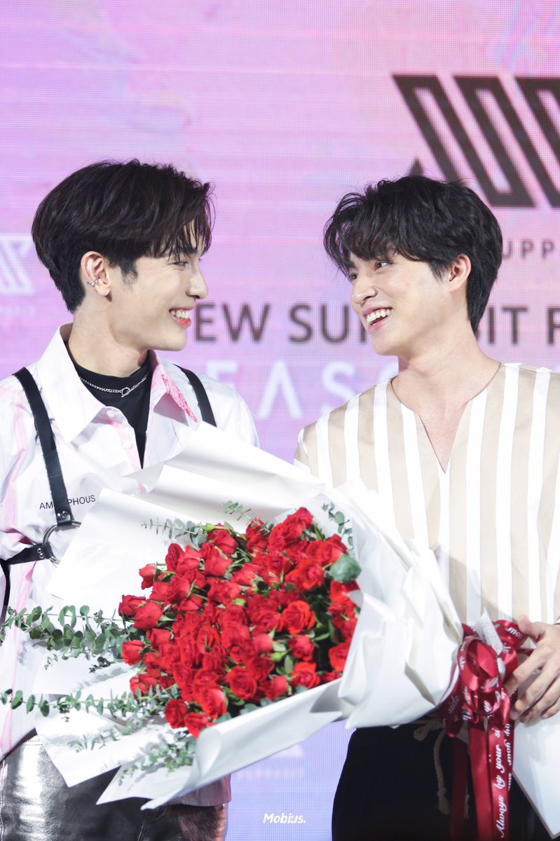 Gulf gifted the biggest rose bouquet to Mew at the press conference for his first single Season of You