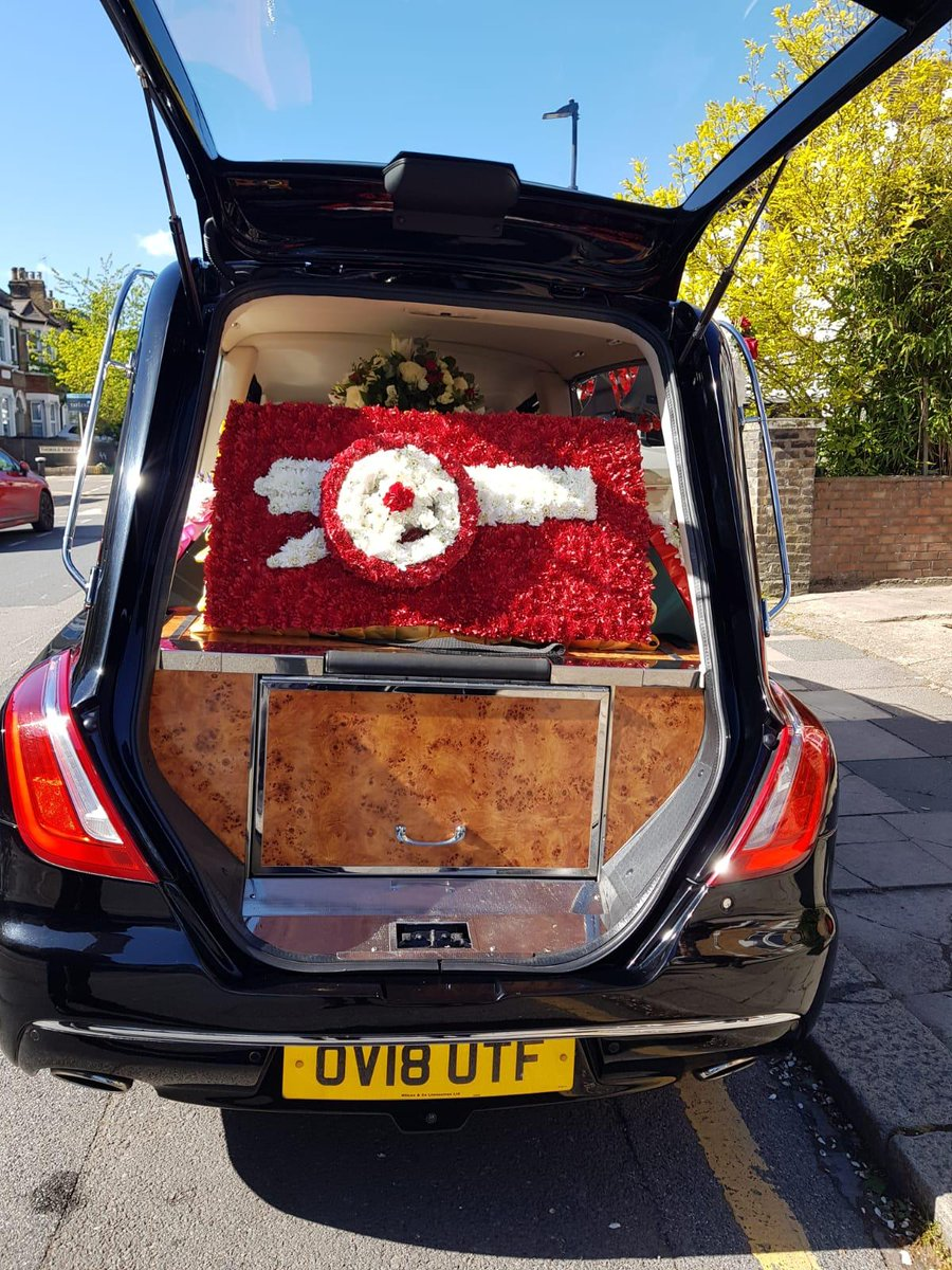 Claude getting ready to make his final journey pass the Emirates. If you would like to pay your respect be outside the armory shop @10.30pm. R.I.P Legend 💔❤  @Imagooner @888Diesel @LeeGunner82 @KennyKen1972 @GlennAFCNewYalk https://t.co/YpKdH5tgmb